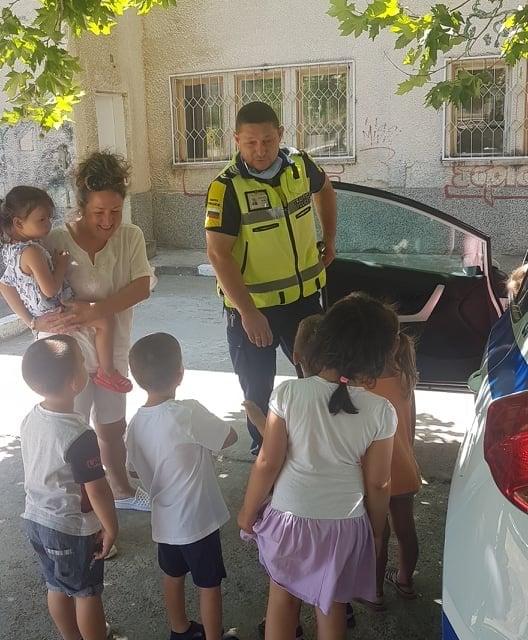 """Служители от Пътна полиция запознаха малчуганите от детска градина """"Елица"""" в Сливен с правилата за движение по пътищата. На открития урок днес присъстваха..."""