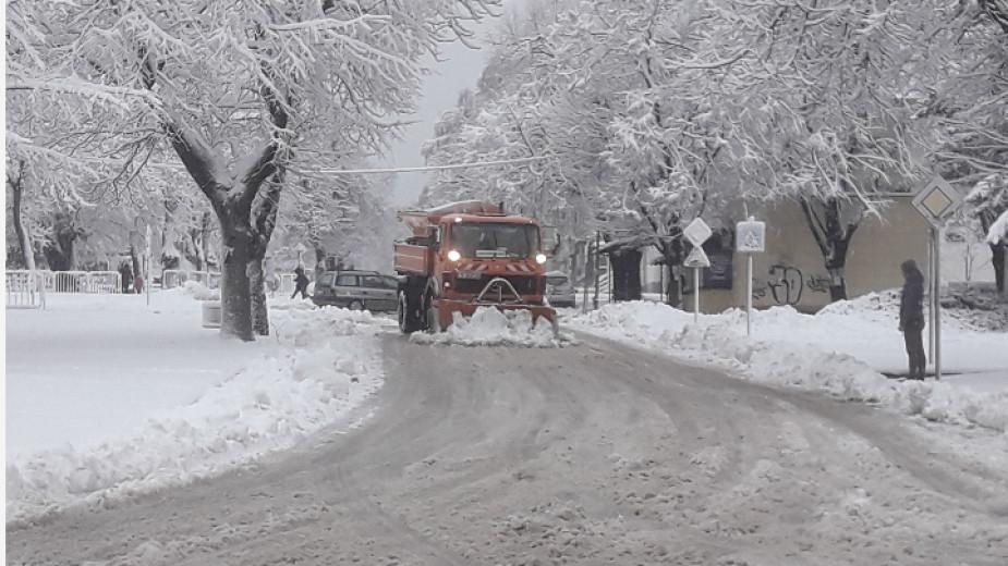 Обилен снеговалеж и мъгли затрудняват движението по пътища в страната Сняг вали в 19 области на страната, в някои от тях е усложнена пътната обстановка. ТИР-овете,...