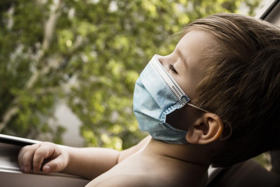 От утре, 22 октомври, връщат задължителното носене на маски на открито. Очакванията са тази мярка да продължи до края на месец ноември или до намаляването...