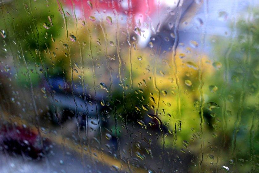 В петък преди обяд над по-голямата част от страната облачността ще е значителна и на места, главно в Източна и Южна България ще има валежи, в отделни райони...