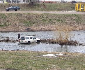 По ваш сигнал: Защо и как този автомобил се намира в средата на реката? (снимки)