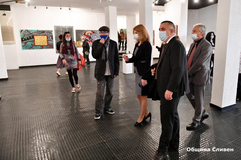 """Кметът Стефан Радев откри Националната изложба по изобразително изкуство – Сливен'2020 и връчи наградата """"Сирак Скитник"""". Тя се присъжда за трети път след..."""