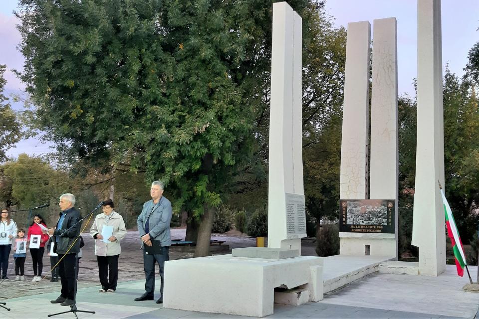 """На 20.09.2019 г. в село Роза се състоя емоционалната патриотична инициатива """"Вечер на героите"""", на която беше представен обновеният паметник на загиналите..."""