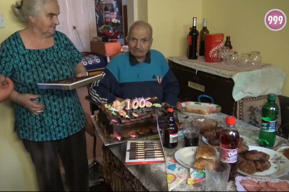 Ветеранът от Втората Световна война Кольо Динев Йовчев, днес празнува своя 100-тен рожден ден. А освен екип на 999, за да го поздравят, на гости днес му...