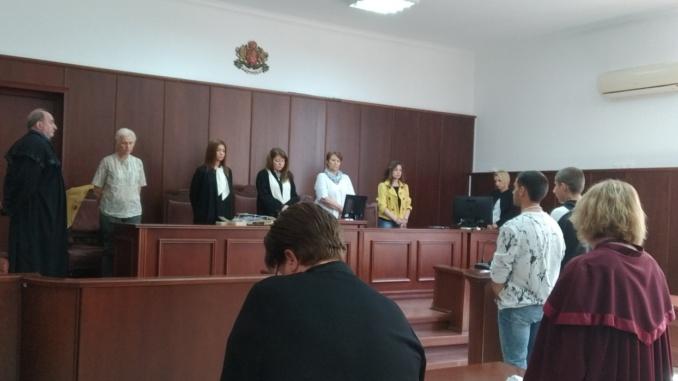 Делото срещу нападателите на таксиметров шофьор от Ямбол се връща отново в Бургаския апелативен съд. Такова решение е издал състав на Върховния касационен...