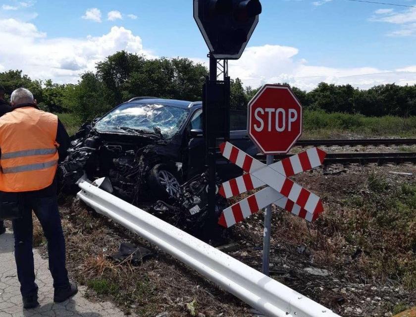 Бързият влак № 2602 от Варна за София престоява на спирка Каменец от 12:05 ч. след опит за неправомерно преминаване на лек автомобил на жп прелез с редовно...