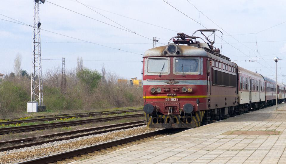 Днес (19 юли) към 02.25 часа, на тел. 112, е постъпил сигнал за инцидент на ж.п.линията, в близост до спирка Атолово в посока София. Съобщено е, че мъж,...