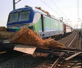 Влакът Бургас-София блъсна камион на прелез край Карнобат