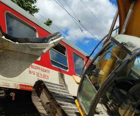 Влакът от Варна за София удари багер