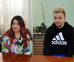 Влогърите Стан и Стефи зарадваха децата на Сливен
