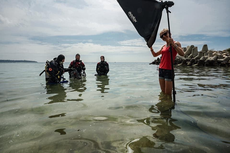 """Близо 5 кг боклук извадиха водолази от морското дъно край четвърта буна във Варна. Акцията бе организирана от групата """"Да почистим Варна"""", в която се включиха..."""