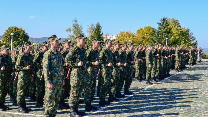 Президентът Румен Радев и министърът на отбраната Красимир Каракачанов ще участват в церемонията по присвояване на първо офицерско звание на курсантите...