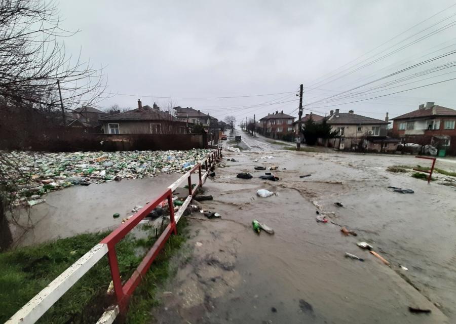 Все още има селища без електричество в страната след проливните дъждове и снеговалежи. Екипите на Електроразпределение Юг работят в момента по отстраняване...