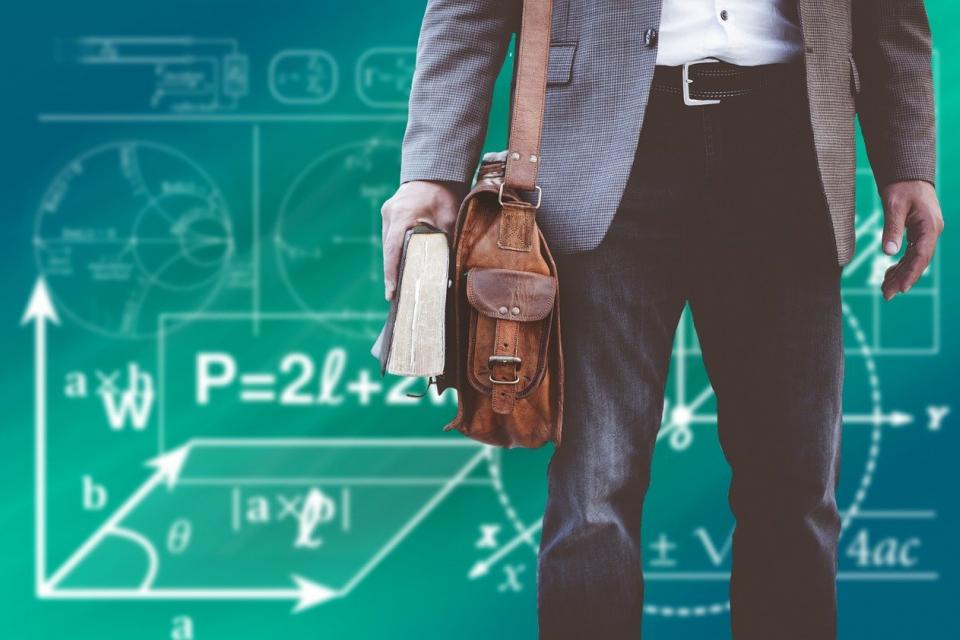 По-малко от две седмици преди началото на учебната година, училищата все още не са запълнили бройките за учители, сочи справка на 999 в електронния регистър...