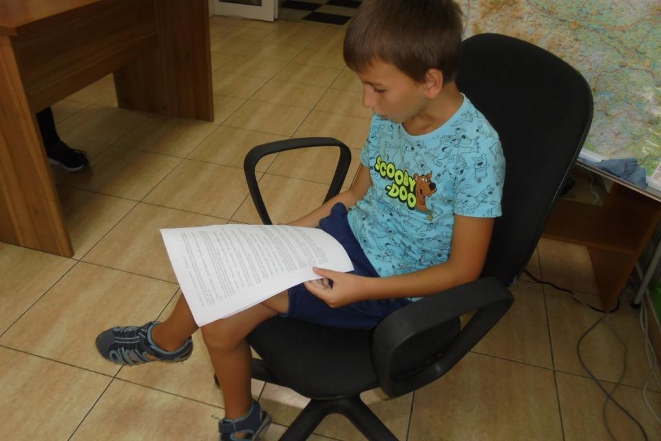 """Второкласникът Евгений Ростислав осмисля своята лятна ваканция включвайки се в """"Приказно ателие"""" – инициатива на дневен център за пълнолетни лица с увреждания..."""