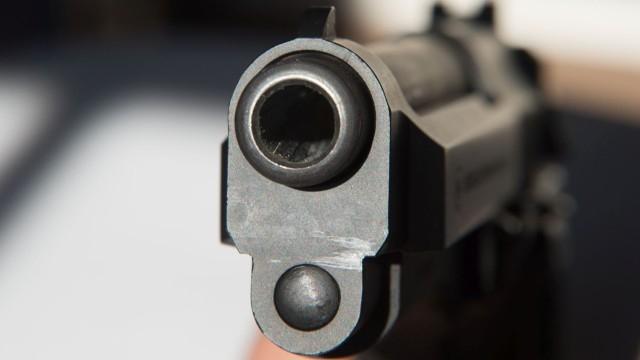 Въоръжен грабеж на банка в Дупница. Мъж с пистолет и бейзболна бухалка е влязъл в офис на голяма банка в Дупница, предават от БНР. Стрелял е в тавана...