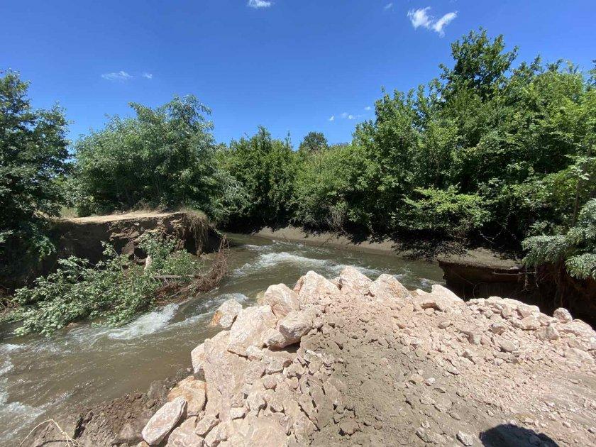 Частично бедствено положение се очаква да бъде обявено в пазарджишко село заради скъсана дига на канал, вследствие на падналите интензивни валежи през...