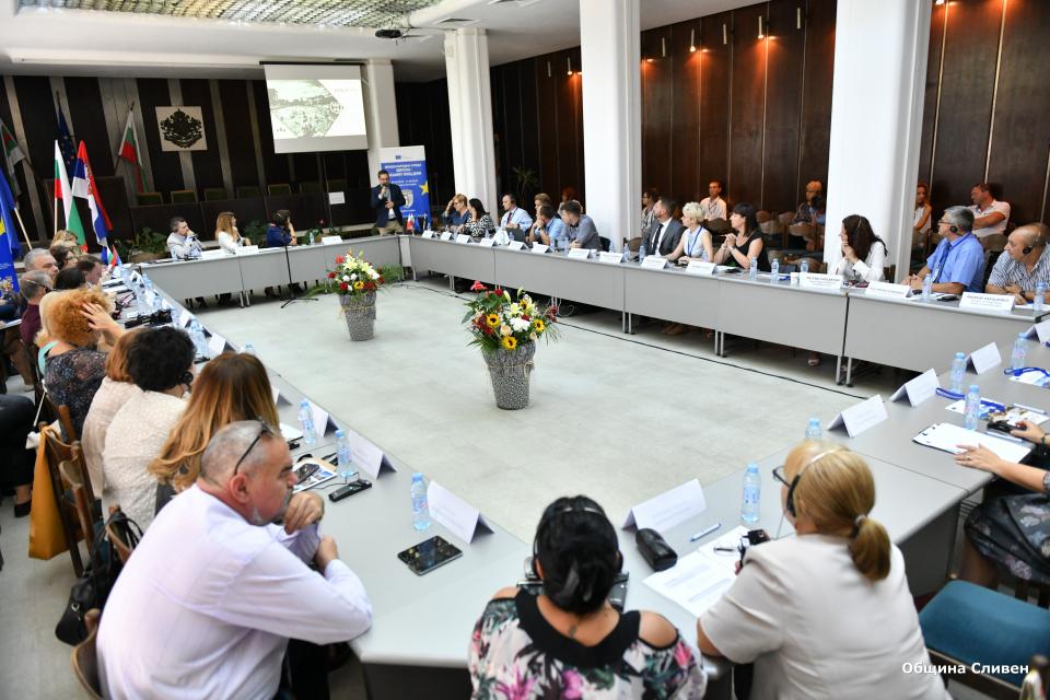 """В Сливен продължава Международната среща """"Европа – нашият общ дом"""". В зала """"Май""""..."""