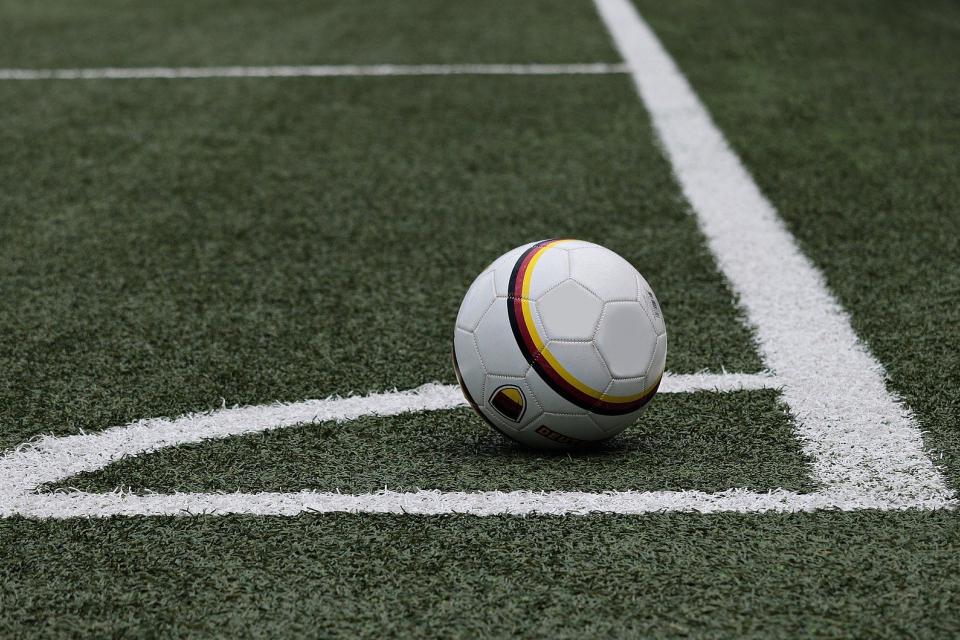 Възобновени са тренировките на младежкия футболен отбор в Ямбол, съобщаватт от БНР. 12 играчи и един от треньорите, дадоха положителни проби за Коронавирус,...