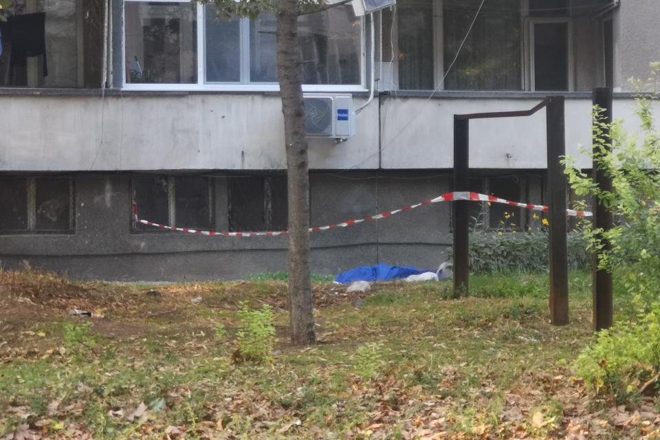 Жена на около 70 години скочи от 7-я етаж на жилищен блок 2 в кв. Диана в Ямбол. Сигналът за инцидента е подаден в полицията около 16.00 часа на 14 октомври....