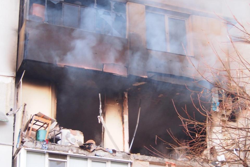 """За пожара, причинен от взрив тази сутрин във варненския квартал """"Владислав Варненчик"""" е образувано досъдебно производство за палеж с двама загинали и значителни..."""