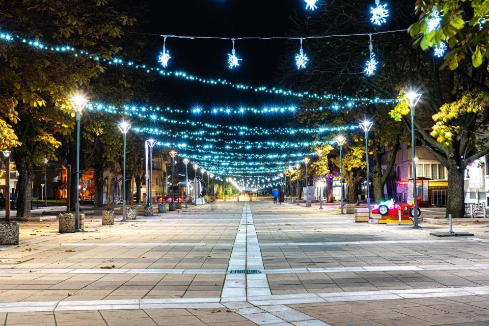 """Ямбол е с номинация в сайта КметаБГ за Коледна украса. Със светещи елементи е украсена централната градска част, сградите на Народно читалище """"Съгласие-1862""""..."""