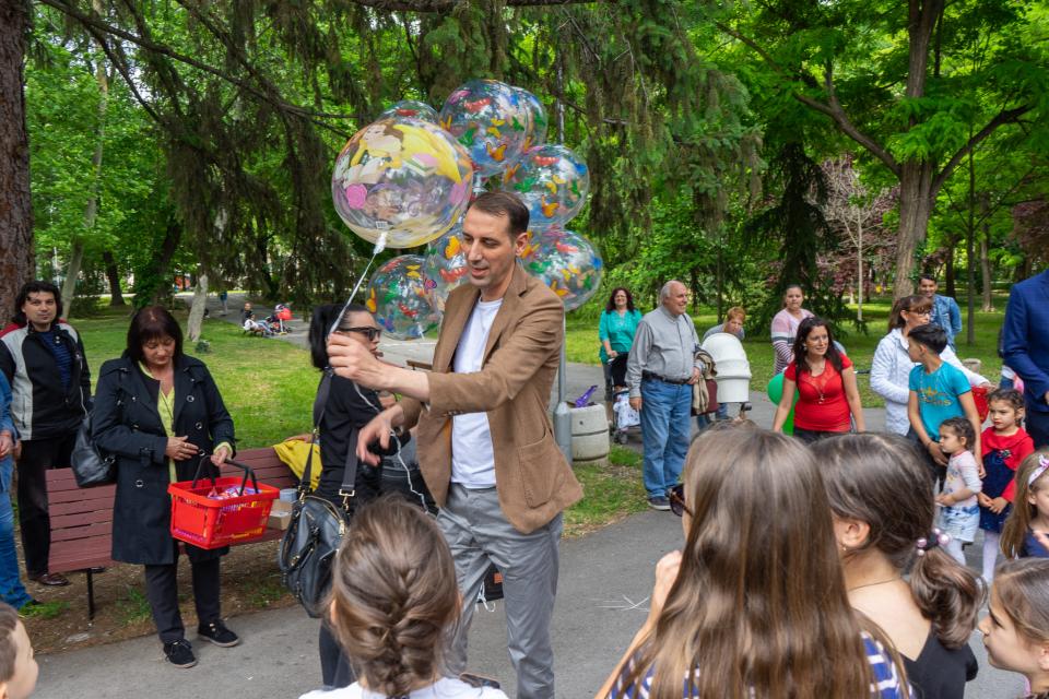 С много настроение, усмивки и детски смях Община Ямбол отбеляза Международния ден на детето. На най-хубавия детски празник над 1000 цветни балони бяха...