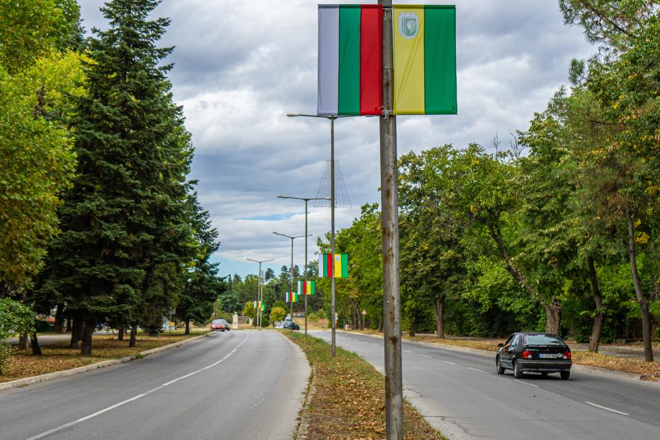 """По повод 136-тата годишнина от Съединението на Княжество България и Източна Румелия, служители на ОП """"Комунални дейности"""" обновиха близо 300 национални..."""