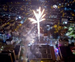 Ямбол посрещна 2020 година с много танци и заря (снимки)