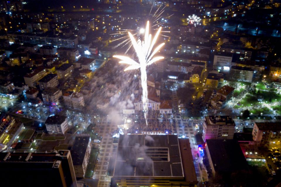 Хиляди ямболлии посрещнаха заедно Новата 2020 година на площадното пространство пред Общината. Точно в полунощ те се хванаха на дълго хоро. Ниските температури...