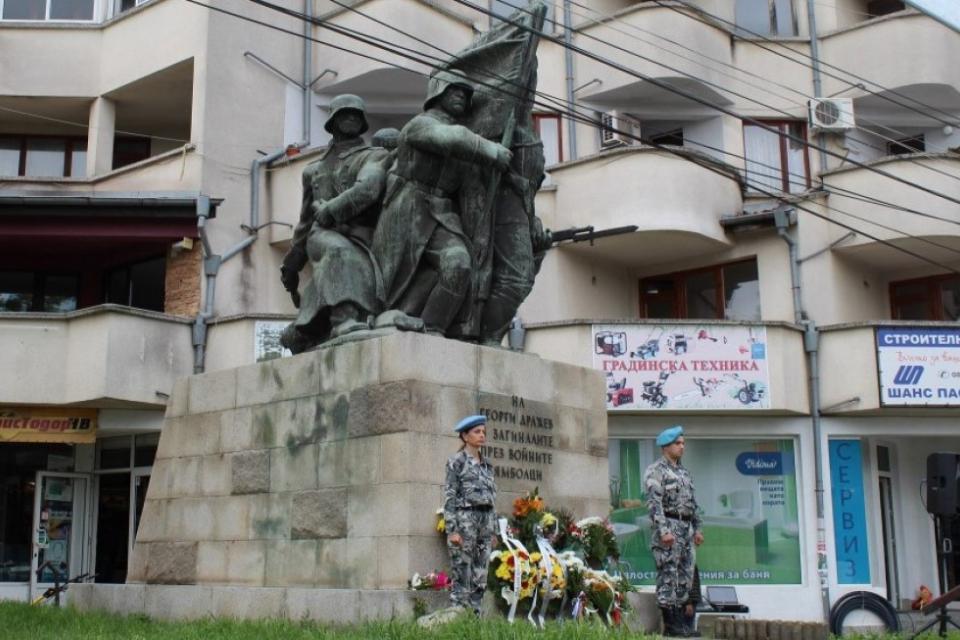 Ямбол ще почете празничния 9 май, обявен за Ден на Европа и Деня на победата над хитлеристка Германия. В 9:45 часа започва програмата на Духовия оркестър...