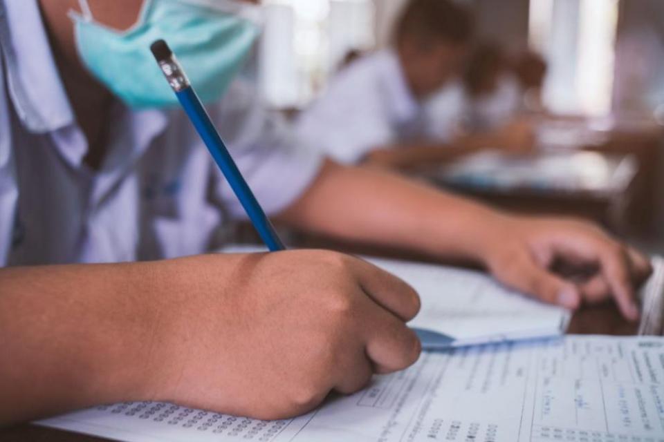 Десетокласниците се представиха по-добре на изпита по български език и литература (БЕЛ) отколкото на този по математика на първото национално външно оценяване,...