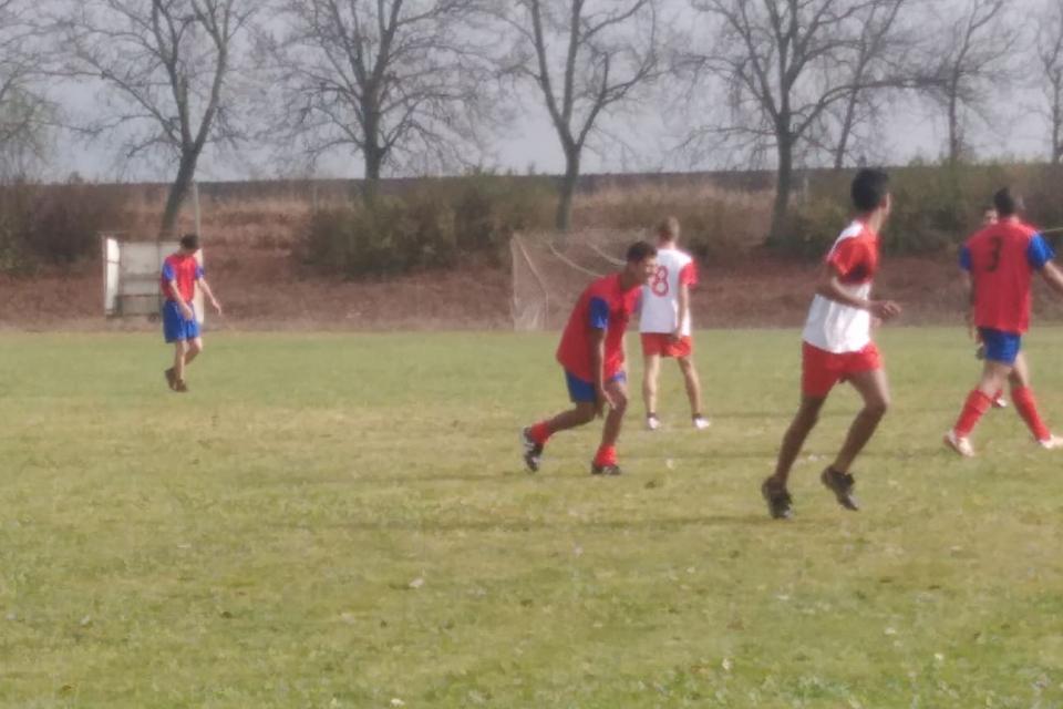 Отбори от шест общински училища на Община Тунджа, разделени в две възрастови групи, взеха участие в Общинското ученическо първенство по футбол. Турнирът,...