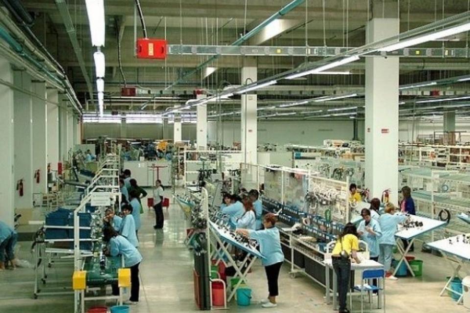 """""""Язаки България"""", която произвежда автомобилни компоненти, спира производство в заводите си в Димитровград, Сливен и Ямбол до 5 април, съобщават от компанията...."""