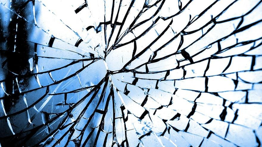 Две момичета пострадаха, след като вандали са замеряли с камъни влак в района на пловдивската гара разпределителна. Счупено е стъклото на първия вагон....