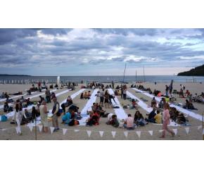 За седма поредна година организират най-дългата вечеря на плажа