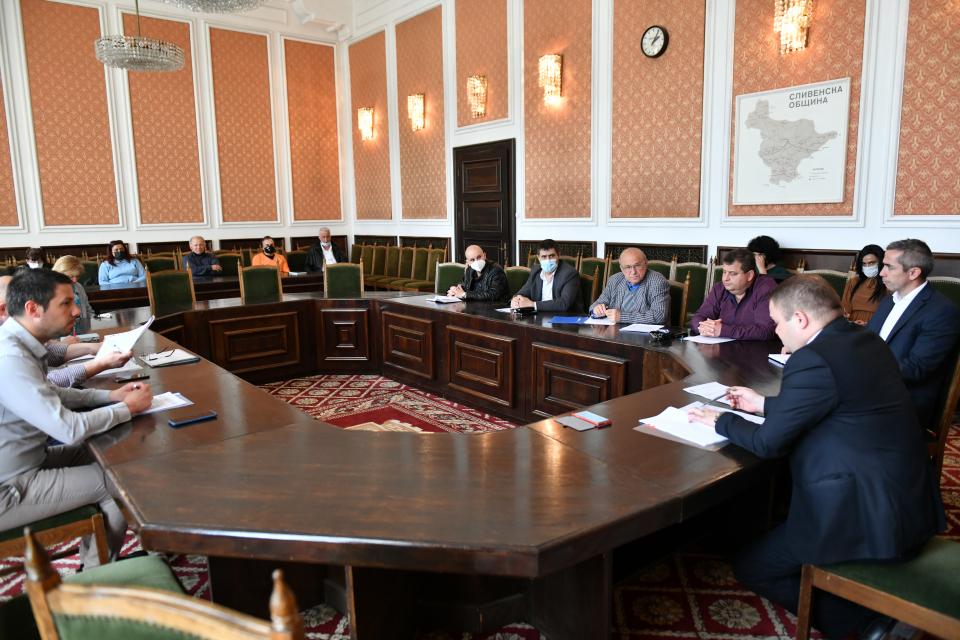 На свое заседание днес Общинската комисия по безопасност на движението и транспорт по пътищата взе решение да бъде въведена забрана за движение на тежкотоварни...