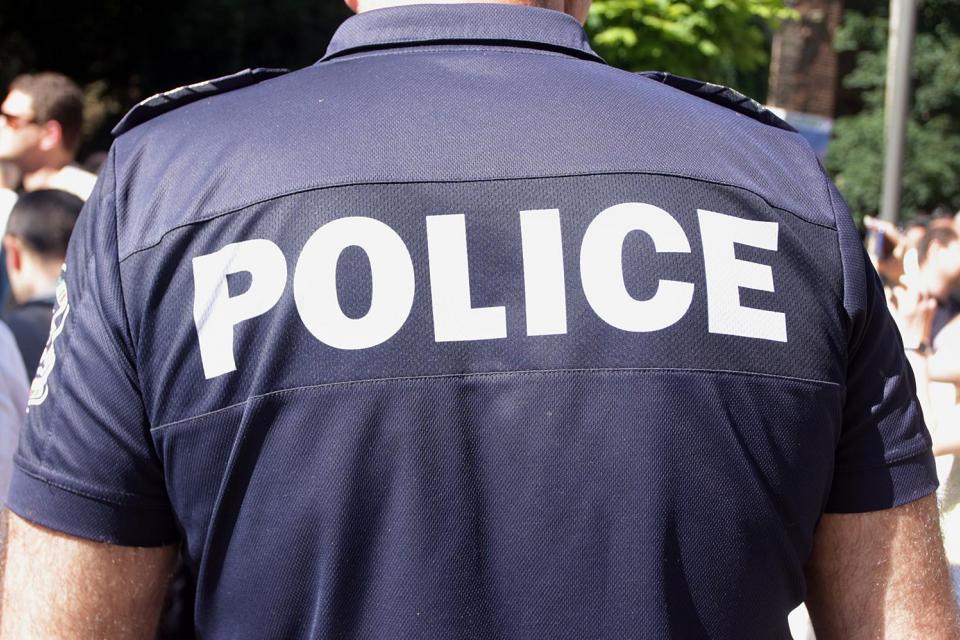 """Служители от РУ- Ямбол задържаха 25-годишен мъж нанесъл увреждане на няколко автомобила. Вчера около 15:00ч., на ул. Йордан Йовков"""" в областния град мъжът..."""