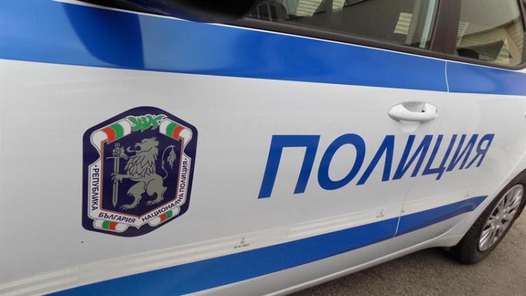 """Ямболски полицаи задържаха трима младежи за кражба на гориво. Вчера сутринта на околовръстен път """"Юг"""" полицейски екип спрял за проверка лек автомобил """"Фолксваген..."""