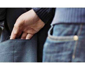 Задържаха жена за кражба на телефон от възрастен мъж