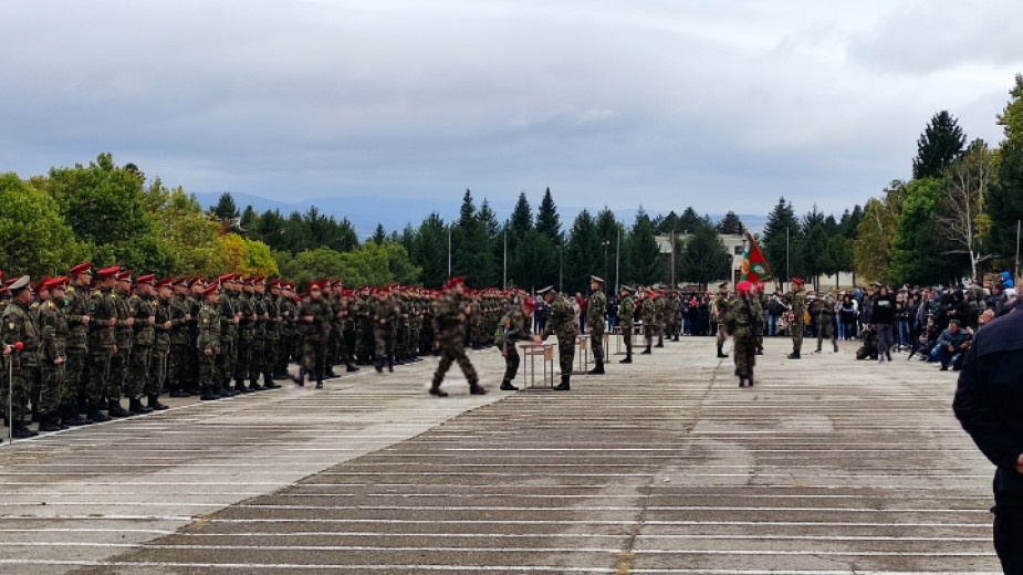 С доброволната военна служба и с промяна на статута на курсантите се очаква да бъде решен проблемът с недокомплекта в Българската армия. Това заявиха във...