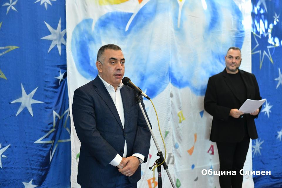С концерт-спектакъл днес в Сливен започна 22-то издание на Националния фестивал на детската книга. Официалния старт даде кметът на община Сливен Стефан...