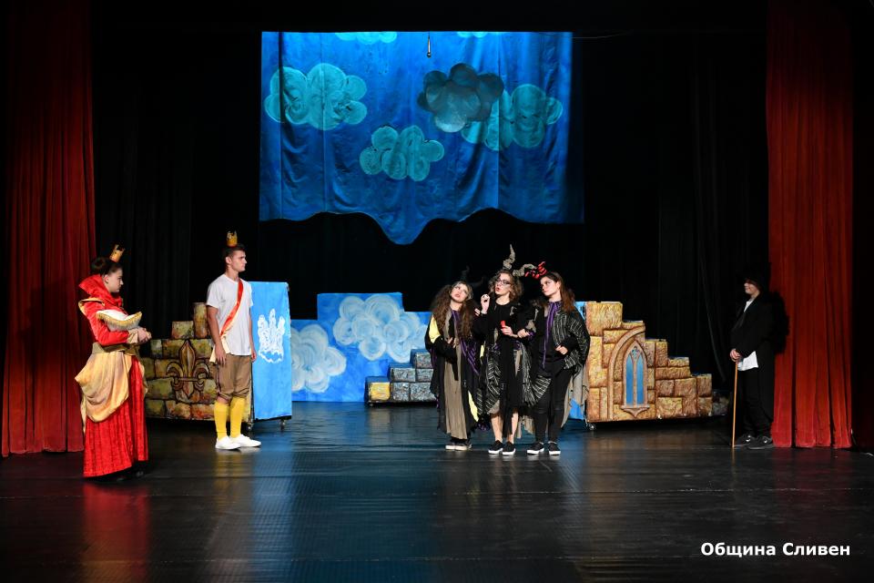 """В Сливен днес започна третото издание на Националния детско-юношески театрален фестивал """"Сцена под сините камъни"""". Началото официално бе дадено от председателя..."""