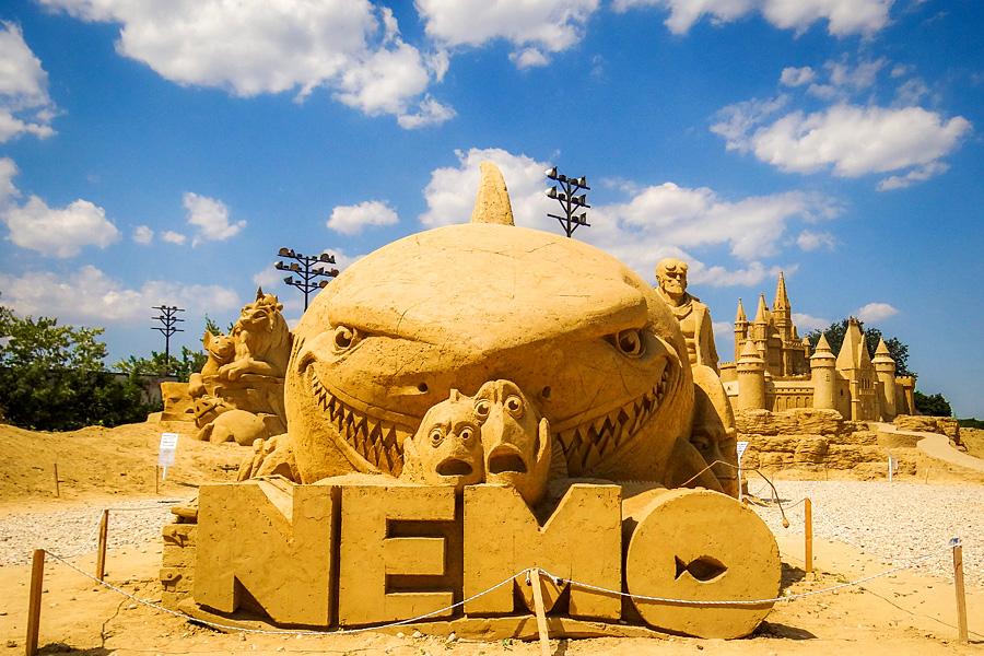 Пет хиляди и шестстотин тона пясък са доставени за изработката на фигурите в Пясъчния фестивал в Бургас. Композициите са 14 и са дело на 12 автори, шестима...