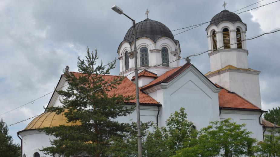 """Храмът""""Св. Пророк Илия"""" в квартал """"Мошино""""е най-големият на територията на Перник в архитектурно отношение. В сегашния си вид черквата е осветена през..."""