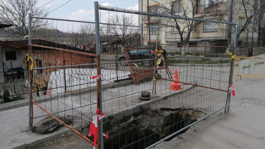 """Започна подмяната на част от вътрешната водопроводна мрежа в Перник. Строителните дейности стартираха от квартал """"Църква"""". Пет екипа на фирмата-изпълнител..."""