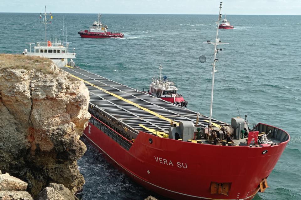 """Тази сутрин с плавателен съд трябва да започне източване на още от горивото на кораба """"Вера Су"""", съобщи БНР. Изчаква се по-добро време, за да се възстанови..."""