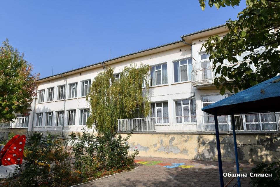 Ремонтът на Детска ясла № 3 в Сливен стартира официално днес. По време на откриването на строителната площадка, зам.-кметът Румен Иванов пожела успех...