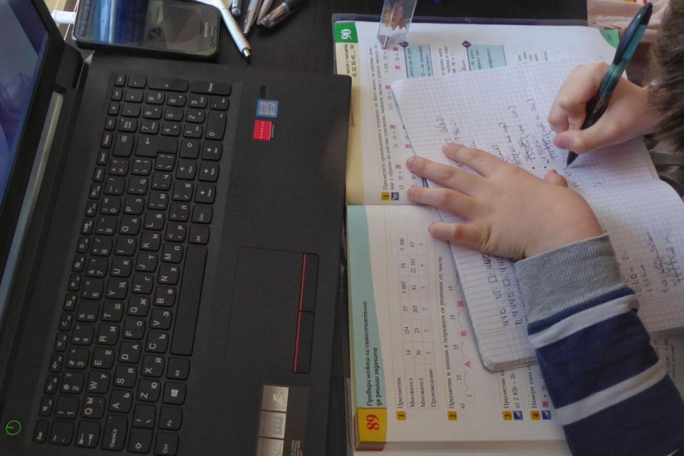 От понеделник учителите ще могат по свое усмотрение да поставят оценки на учениците при дистанционното обучение. Предложението е на министъра на образованието...