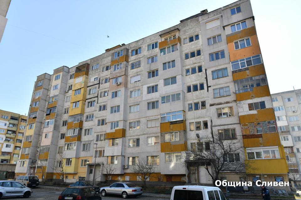 """Кметът Стефан Радев днес официално даде старт на санирането на блок 33 в квартал """"Българка"""". Жилищният обект е 49-ят поред от общо 51, които се обновяват..."""